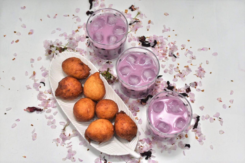 Verres de Lait frappé saveur hibiscus, accompagnés de puff-puff